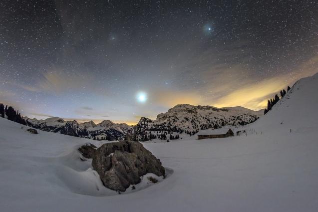 Sterne und Planeten über den Alpen