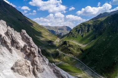 Forcola di Livigno: Hier wurde mir schnell klar warum es von diesen Steinsäulen kaum Bilder gibt. Die passende perspektive erreichte ich nur mit der Drohne.