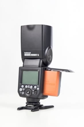 Das Blitzgerät wird mit einem starken Akku und dem passenden Ladegerät ausgeliefert.
