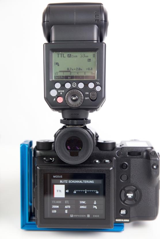 Einstellungen können auf dem Blitzgerät oder im Menü der Kamera gemacht werden.